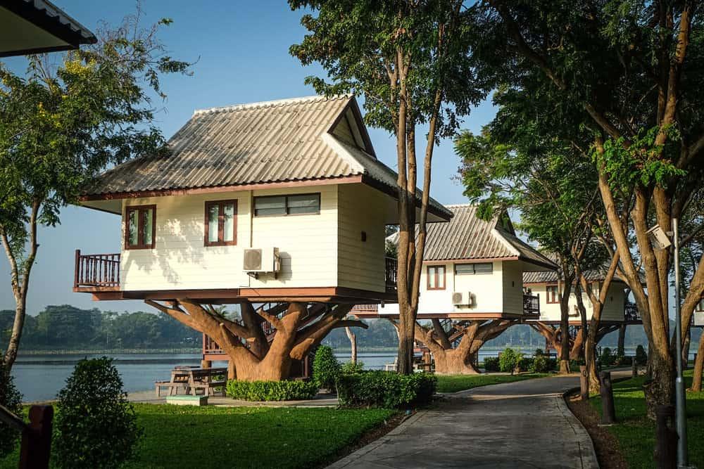 Fabulous resort treehouse near water